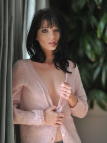 Jessi Palmer in pink sweater