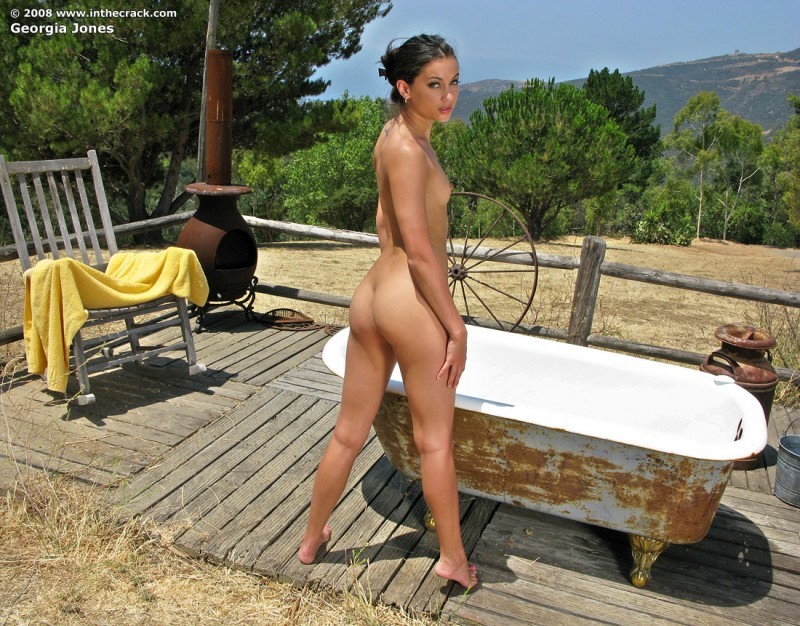 Georgia Jones – Outdoor Bathtub