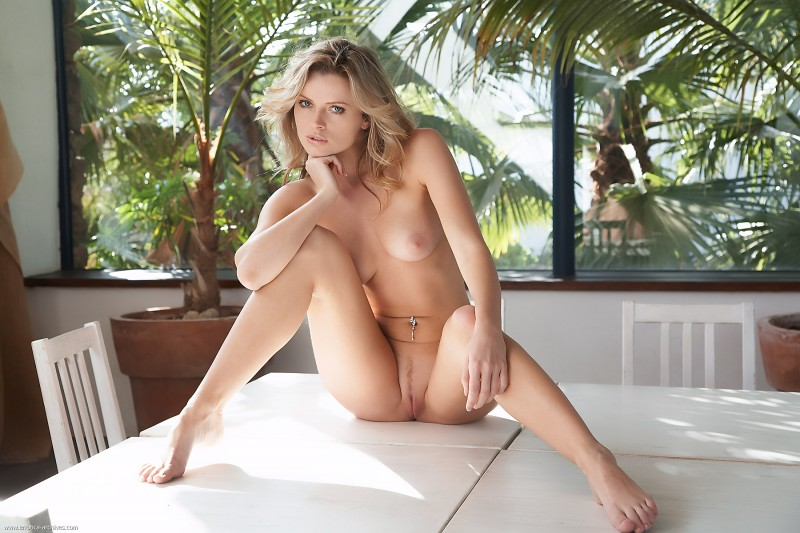 Irene Richie – Naked on the table