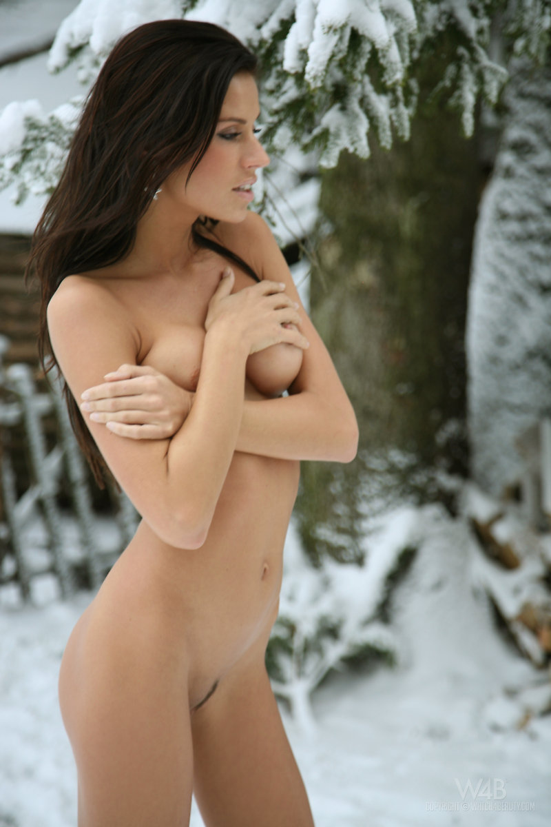 Zoe nude on the snow