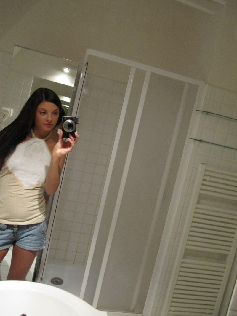 Anastasia – Selfshot in bathroom