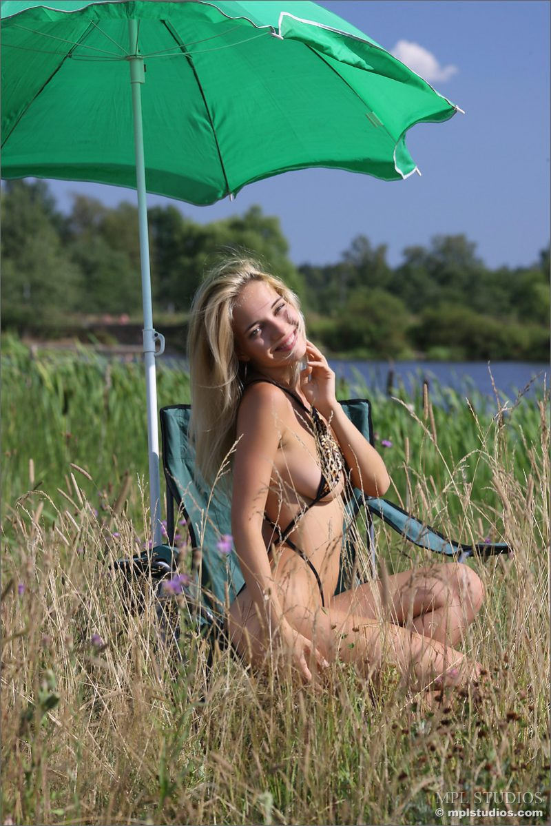Danica – Green umbrella bikini blonde danica Pretty Ladies
