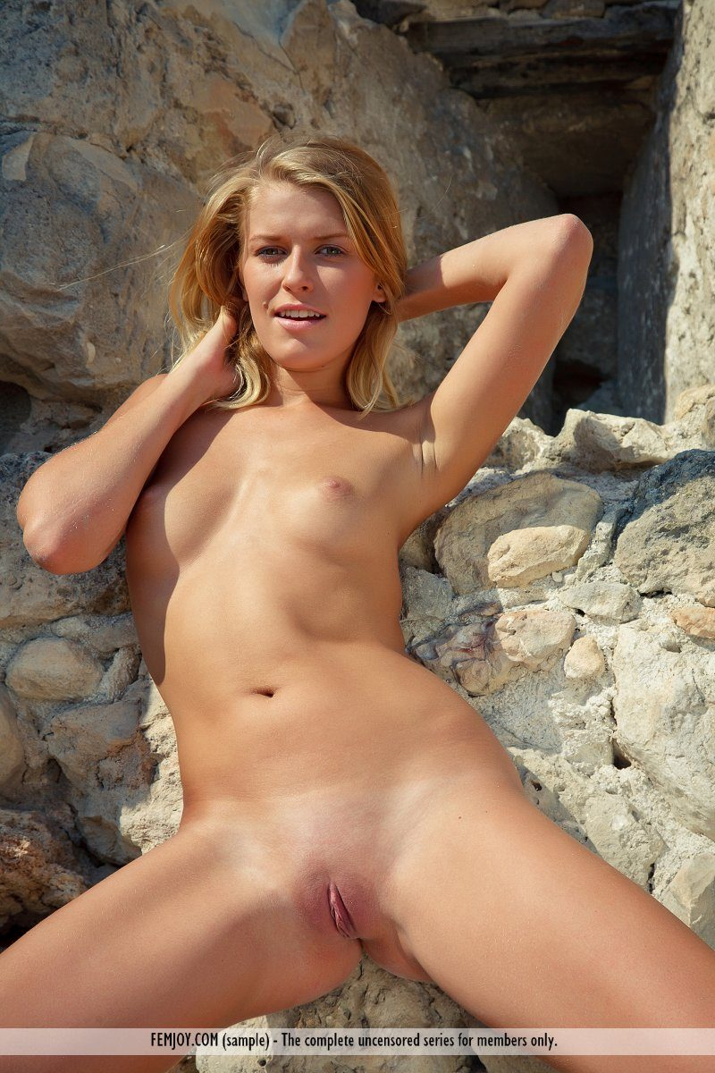 Kitty – Castle ruins blonde Kitty Pretty Ladies