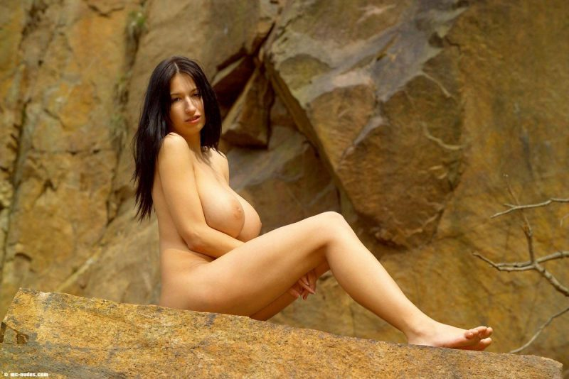 Jana Defi naked on the rocks