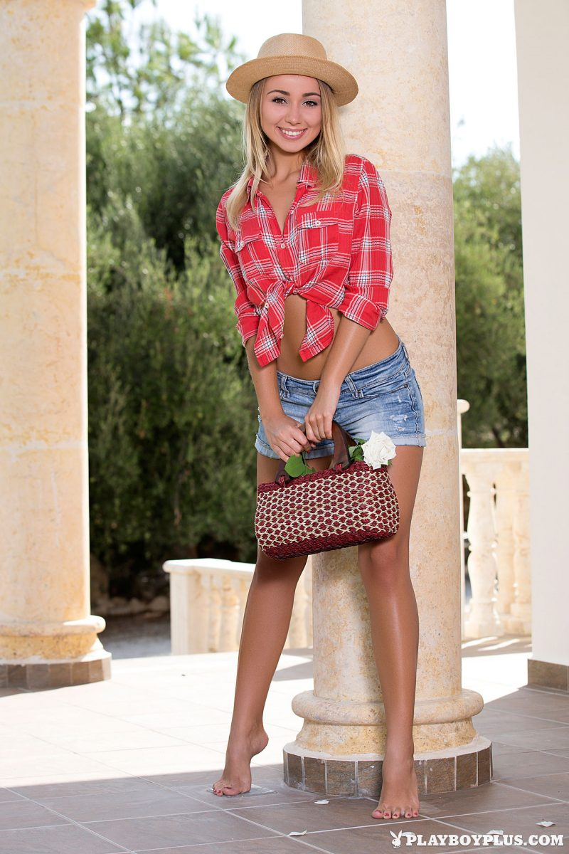 Linda – Hat & jeans shorts