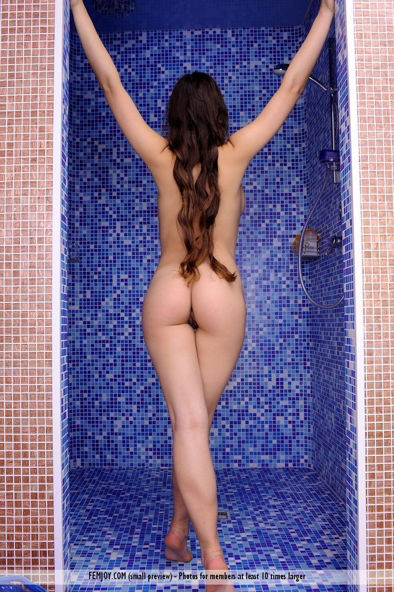 Sofi in the shower