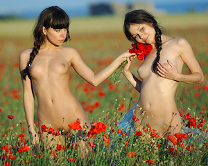 Tanya & Rita – Field of poppies