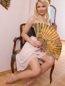 Una – Girl with hand fan