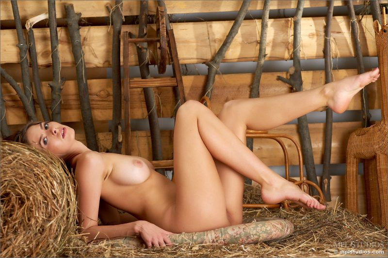 Arianna naked in barn Arianna barn hat Pretty Ladies