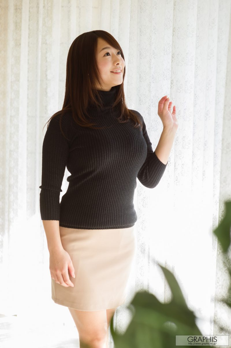Marina Shiraishi in black turtleneck sweater