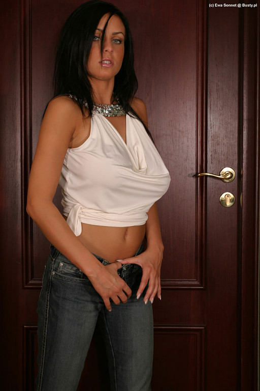 Ewa Sonnet in tight jeans